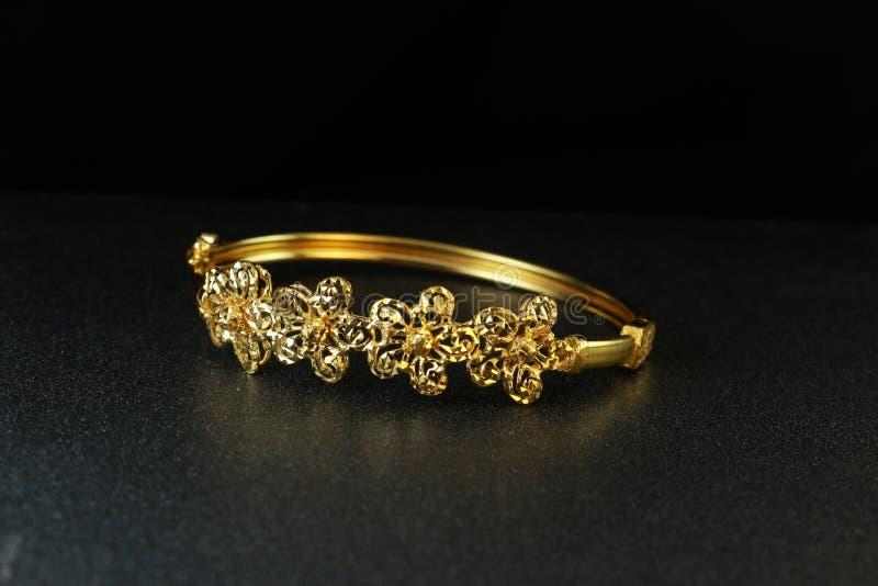 Bijoux de bracelet d'or photographie stock