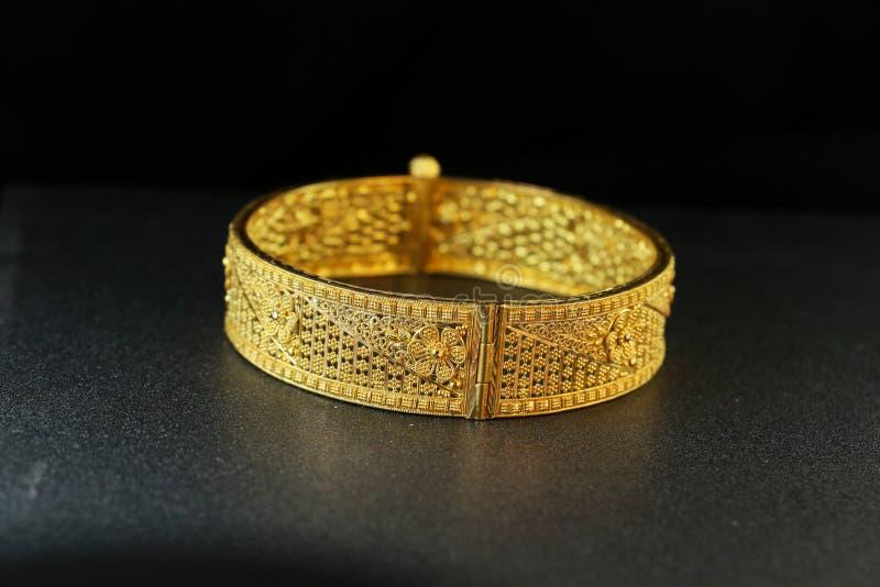 Bijoux de bracelet d'or photographie stock libre de droits