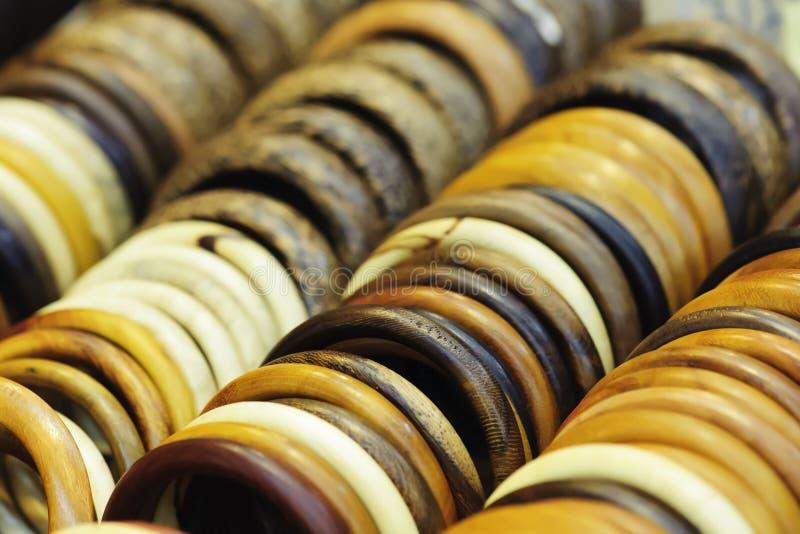 Bijoux en bois de bracelet de bras de cru image stock