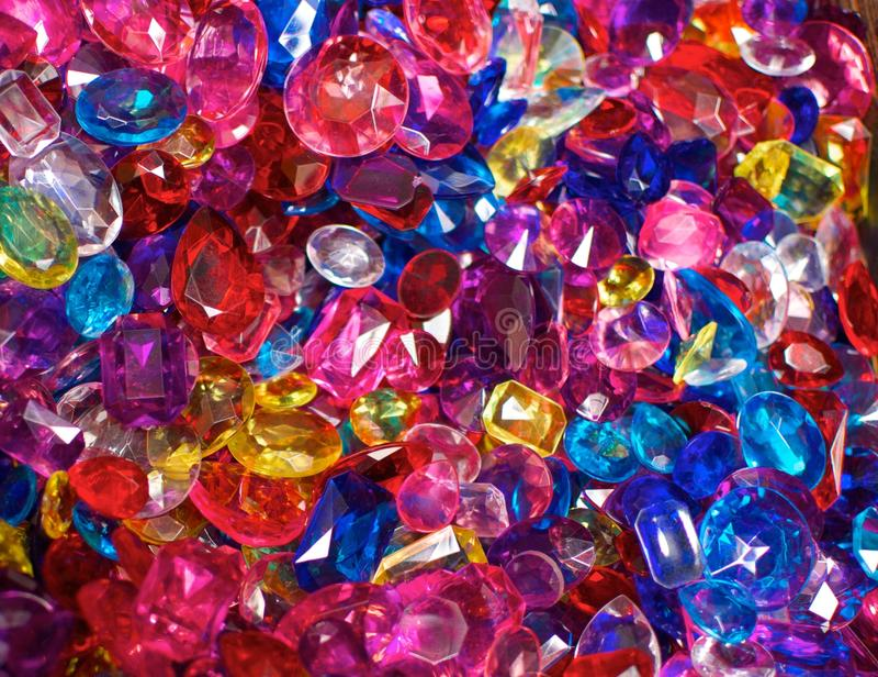 Bijoux en plastique brillamment colorés photographie stock