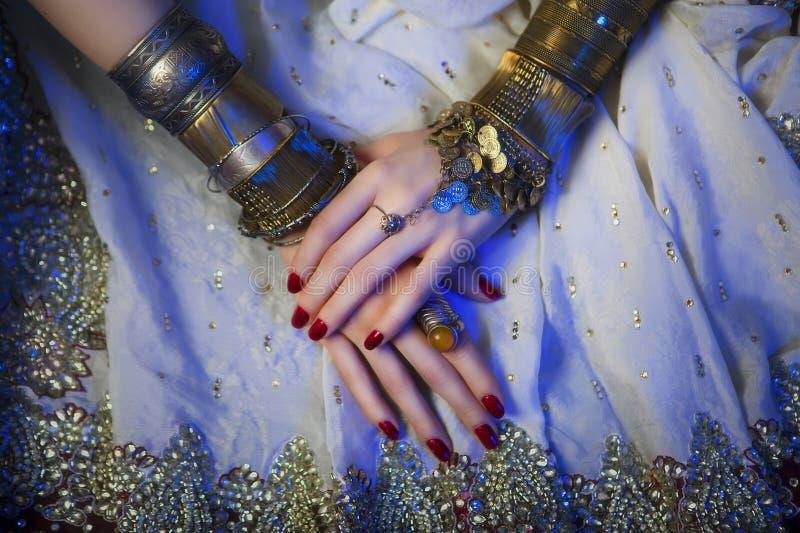Bijoux et accessoires orientaux nuptiales : Mains femelles avec l'Inde photos stock
