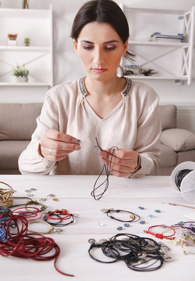 Bijoux faits main faisant, passe-temps femelle images libres de droits