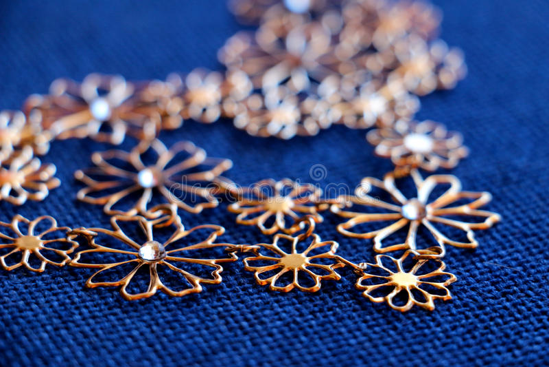 Bijoux kolia na tkaniny tle obrazy royalty free