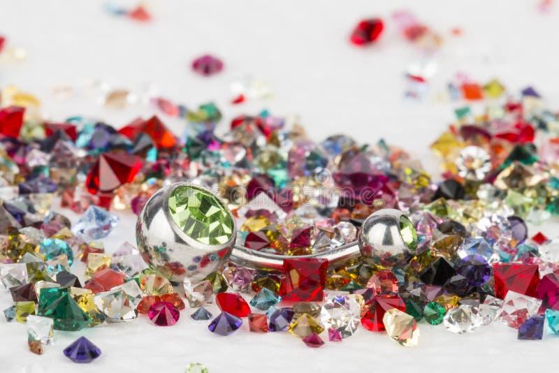 Bijoux pour le perçage et les pierres gemmes naturelles images stock