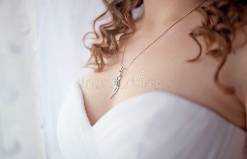 Bijoux sur sa fille de cou images stock