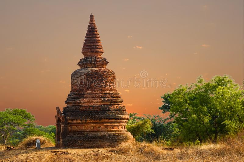 Bijzondere Roodachtige Stupa in de Droge Zonsopgang van het Grasgebied stock foto's