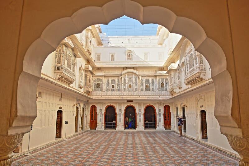 BIKANER, RAJASTHAN, ÍNDIA - 23 DE DEZEMBRO DE 2017: Um pátio aberto dentro do forte de Junagarh, visto através de uma arcada imagem de stock royalty free