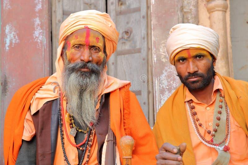 BIKANER, RAJASTHAN, INDIA - DECEMBER 23, 2017: Portret van twee heilige mensen van Sadhus met een lange baard en colorfully gekle royalty-vrije stock fotografie