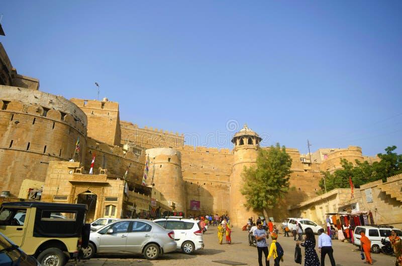 BIKANER, RAJASTHAN, INDIA, Listopad 2018, turysta przy Junagarh fortem, powierzchowność fort zdjęcia stock