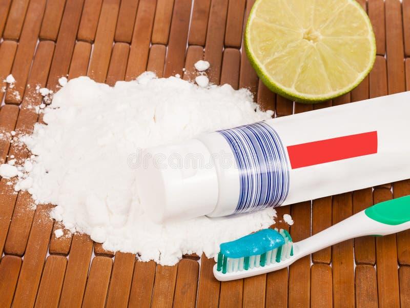 Bikarbonat, tandborste och citron fotografering för bildbyråer