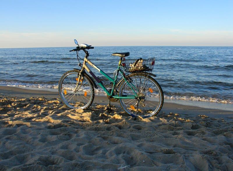 Download Bike пляжа стоковое изображение. изображение насчитывающей ослабьте - 487669