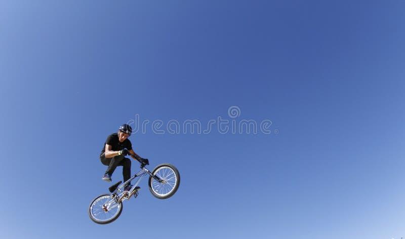 Bike al jinete que engaña mientras que salta durante la competencia de las bicis fotografía de archivo