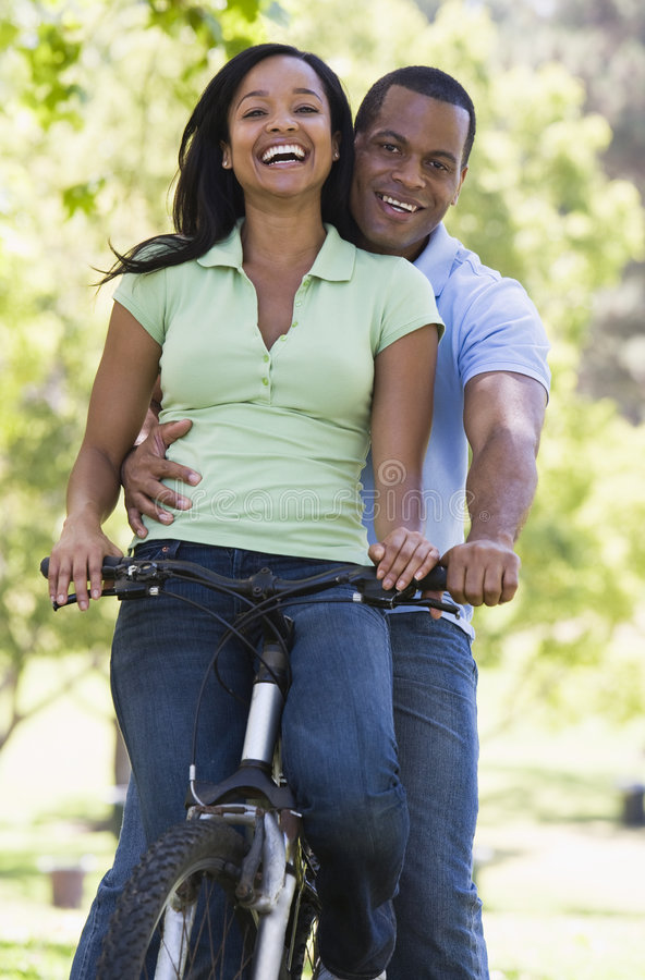 bike couple outdoors smiling στοκ εικόνες