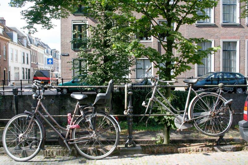 bike e demuliu a bicicleta, estacionada na ponte imagens de stock