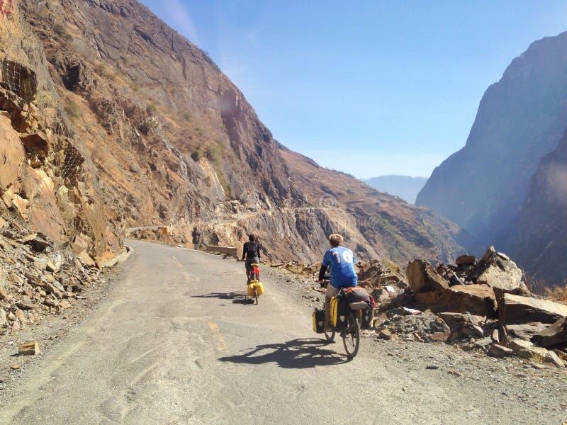 Bike el senderismo en una montaña hermosa en Lijiang fotos de archivo