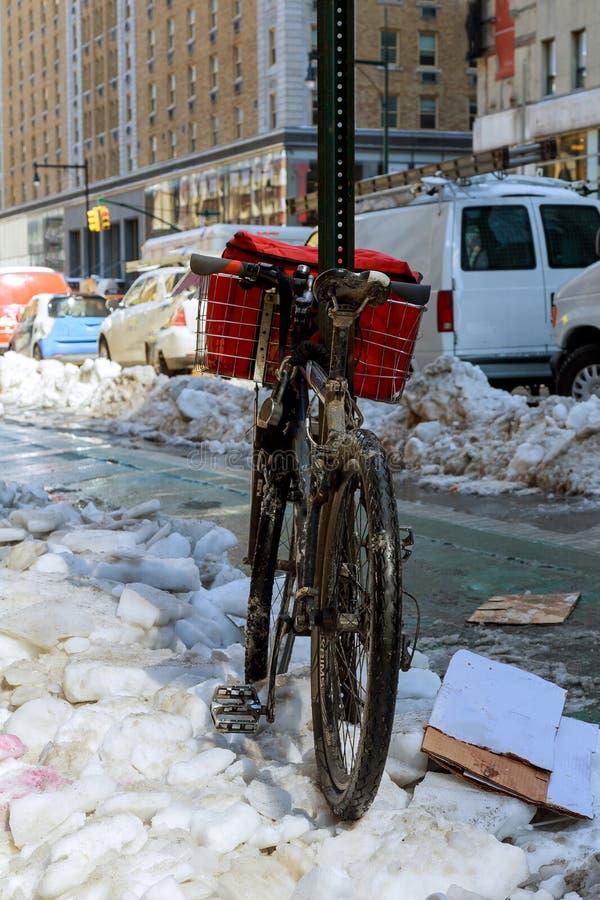 Bike en la nieve en New York City con Manhattan, Nueva York imágenes de archivo libres de regalías