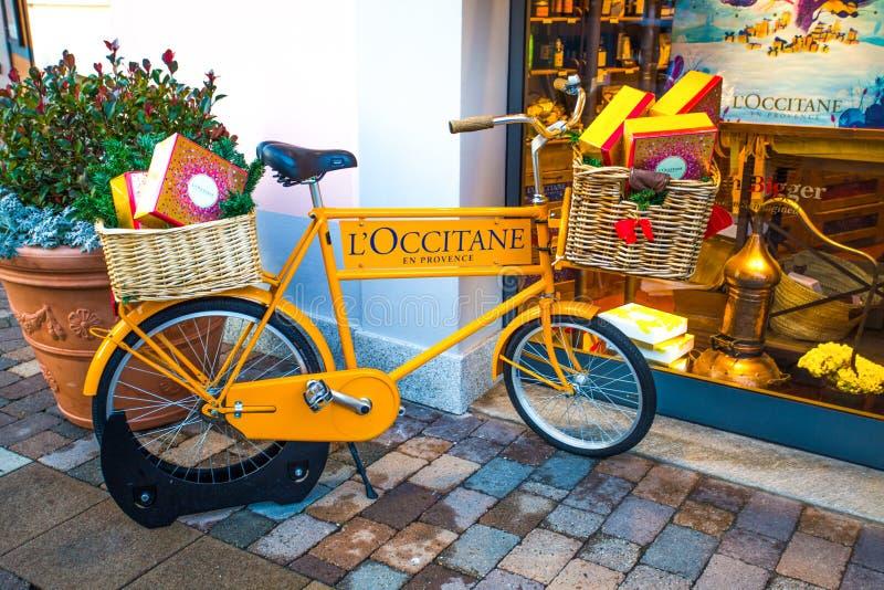 Bike fora da loja de l ` Occitane no shopping no tempo de Chistmas, Itália foto de stock royalty free