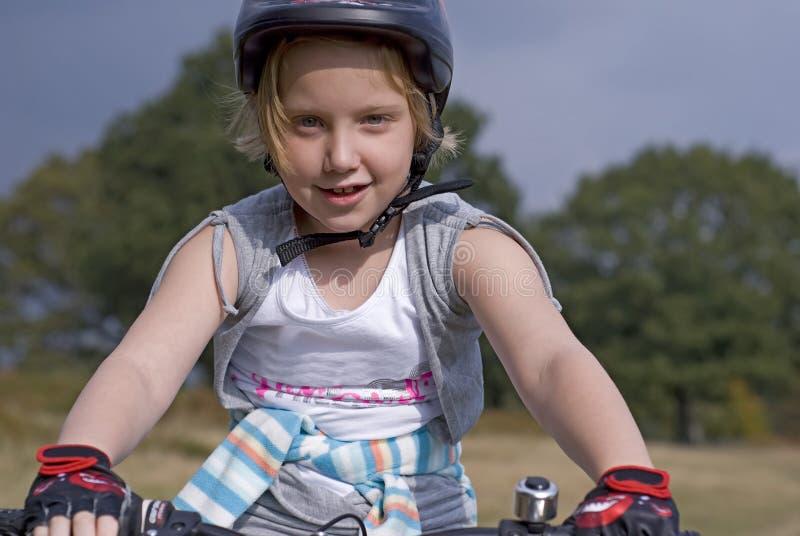 Bike a la muchacha del extremo fotos de archivo libres de regalías