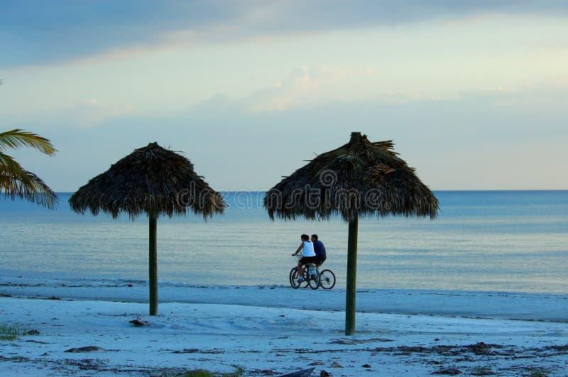 Bike los pares del montar a caballo en la playa de fuerte Myers foto de archivo