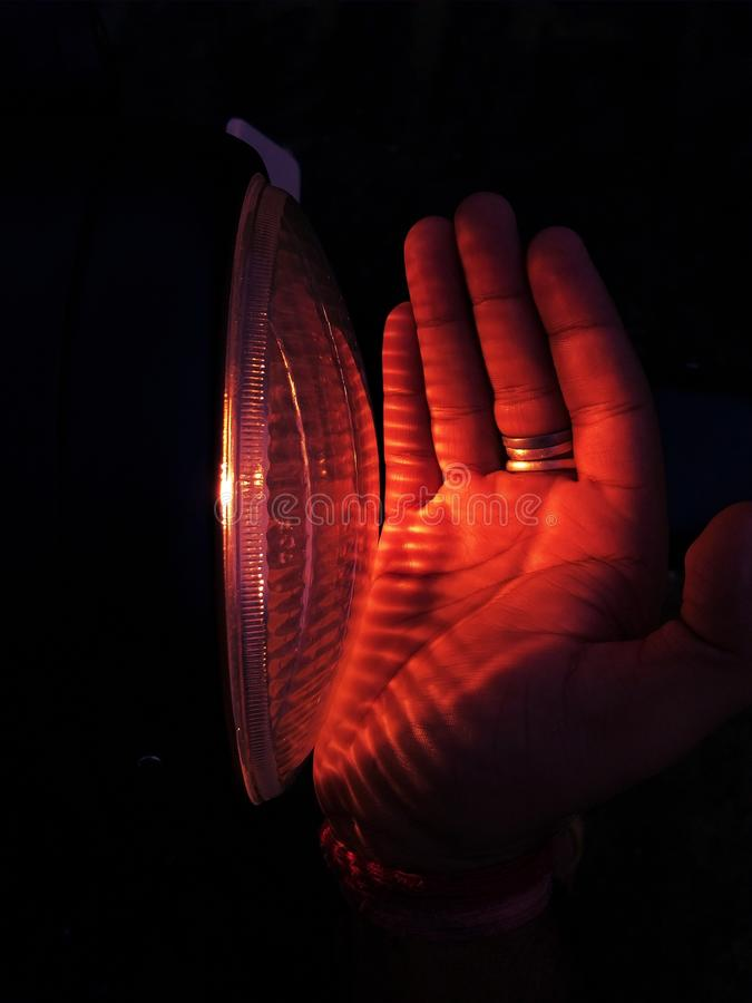 Bike& x27; luz de s que golpea sobre las manos foto de archivo libre de regalías