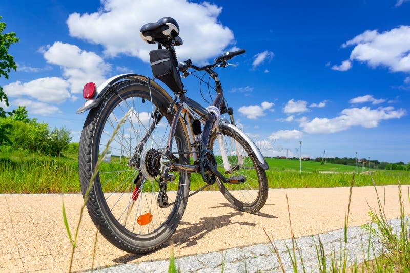 Bike na estrada da bicicleta no dia ensolarado fotografia de stock royalty free