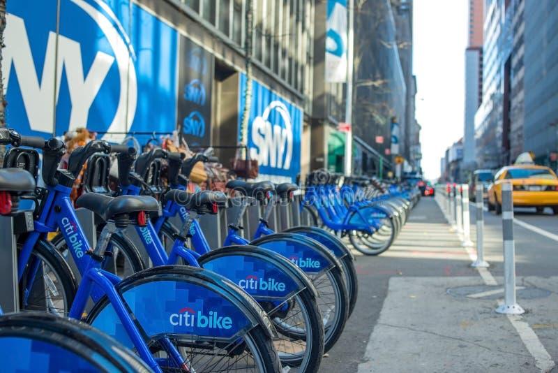 Bike o aluguer nas ruas do dia de New York foto de stock