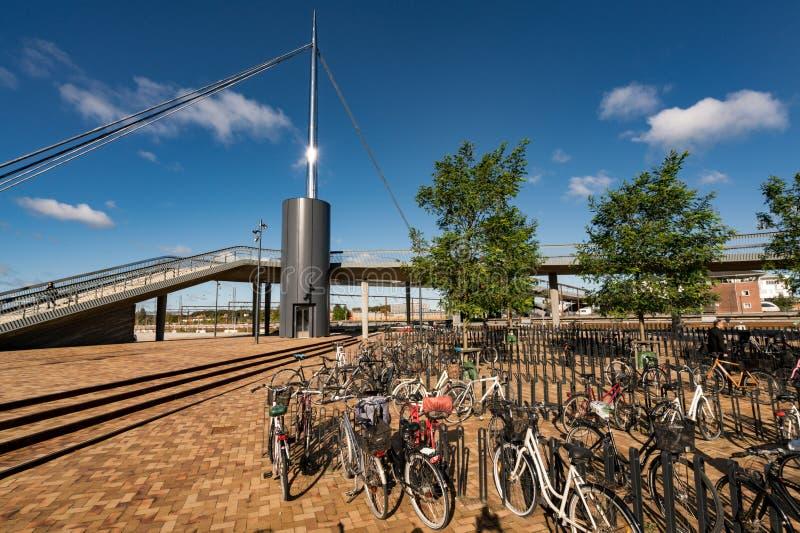 Bike o estacionamento no bro de Byens a ponte da cidade, Dinamarca imagem de stock royalty free