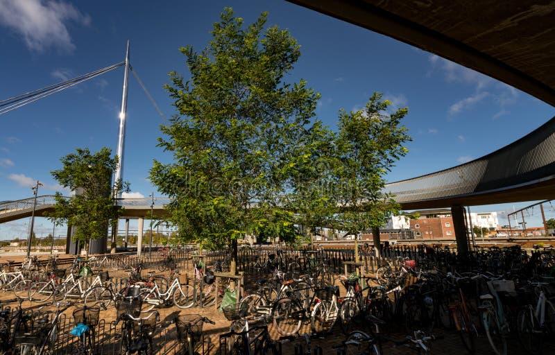 Bike o estacionamento no bro de Byens a ponte da cidade, Dinamarca foto de stock royalty free