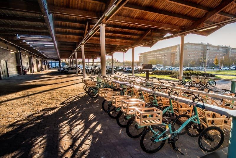 Bike o mundo de Fico Eataly do por do sol do estacionamento na Bolonha - Itália imagem de stock royalty free