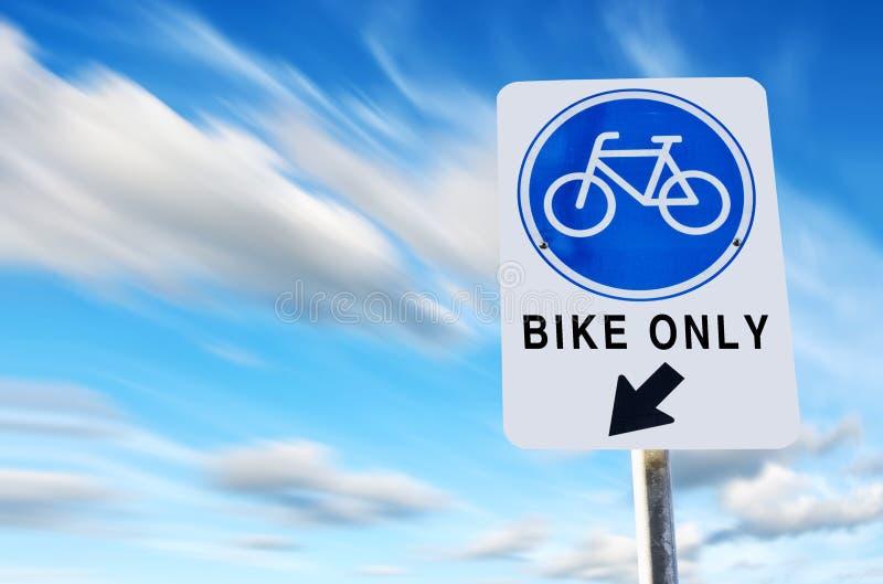 Bike o símbolo da pista no céu azul do exporture longo foto de stock royalty free