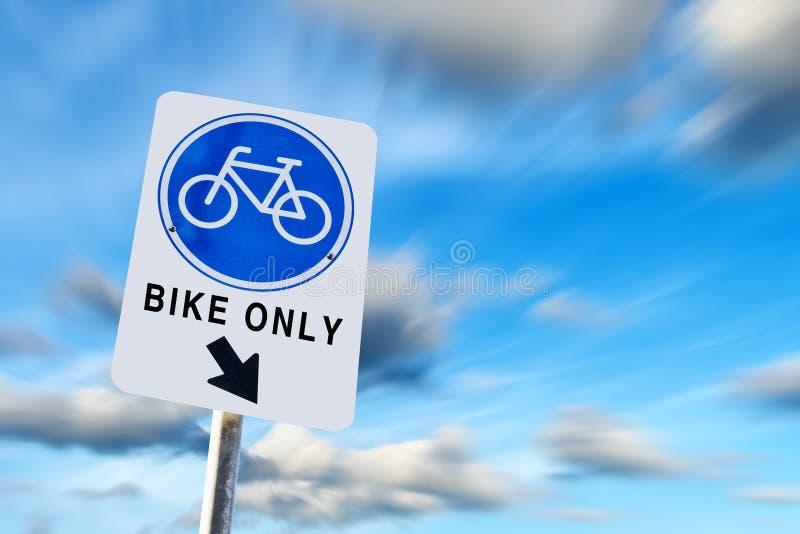 Bike o símbolo da pista no céu azul do exporture longo imagens de stock