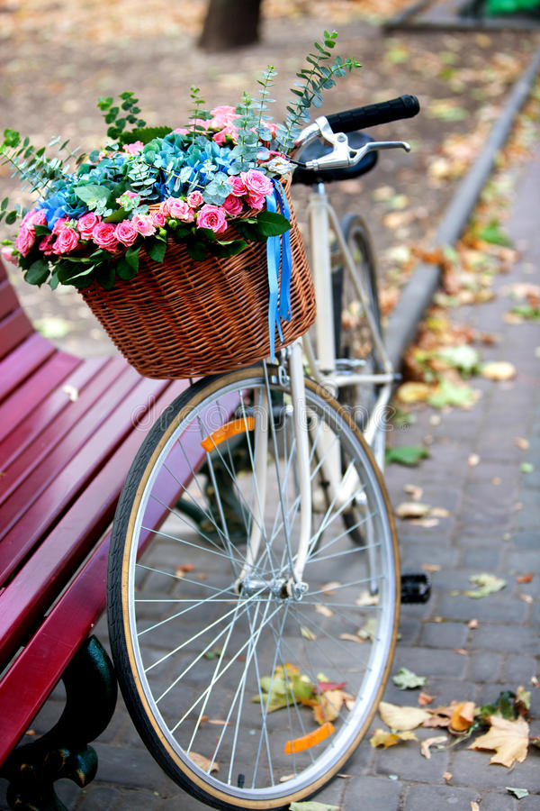 Free Bike With Basket Of Flowers In Park Royalty Free Stock Photos - 61026538