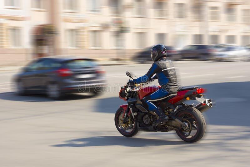Biker caminha na estrada da cidade fotografia de stock royalty free