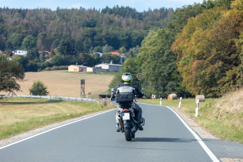 Biker su una strada di campagna immagini stock