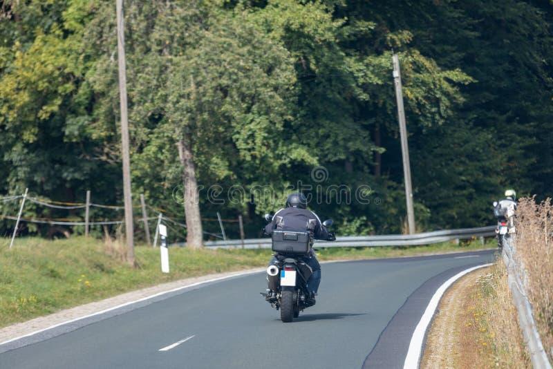 Biker su una strada di campagna fotografia stock