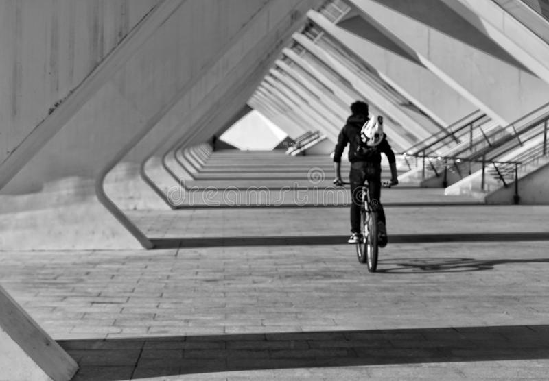 bikerider sob o museu de ciência de Valência fotos de stock royalty free