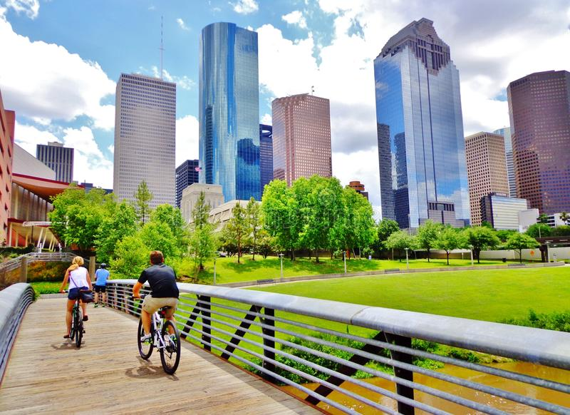 Bikers on Bridge in Buffalo Bayou Park - Houston, Texas royalty-vrije stock afbeeldingen