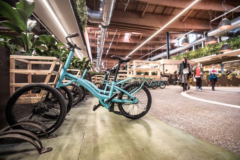 Bikes a Bolonha italiana moderna do mundo de Fico Eataly do superstore do alimento dos carrinhos de compras imagens de stock royalty free