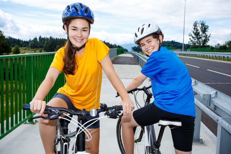 biking κορίτσι αγοριών στοκ εικόνες με δικαίωμα ελεύθερης χρήσης