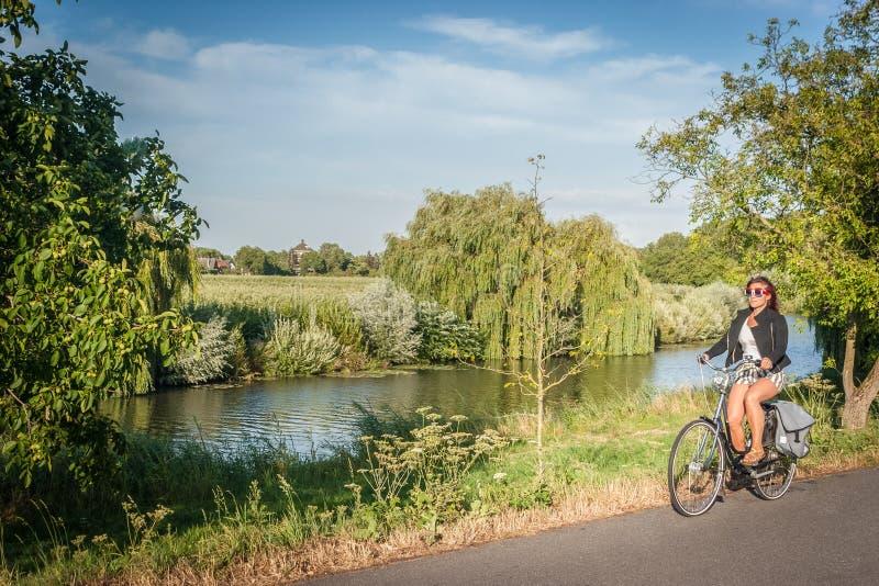 Biking το καλοκαίρι στο ηλιοβασίλεμα στοκ εικόνες με δικαίωμα ελεύθερης χρήσης