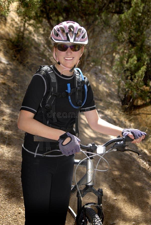 Biking da montanha da mulher nova imagens de stock royalty free