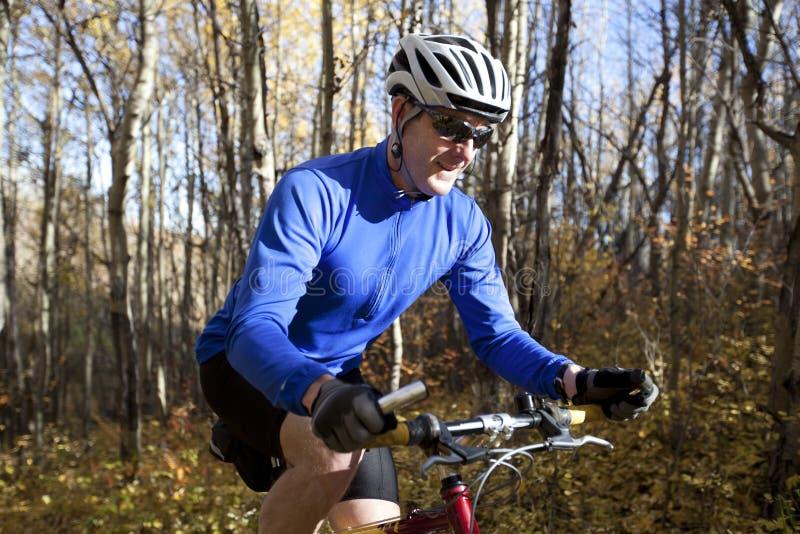 Biking da montanha do homem imagem de stock