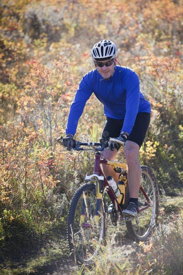Biking da montanha do homem imagens de stock