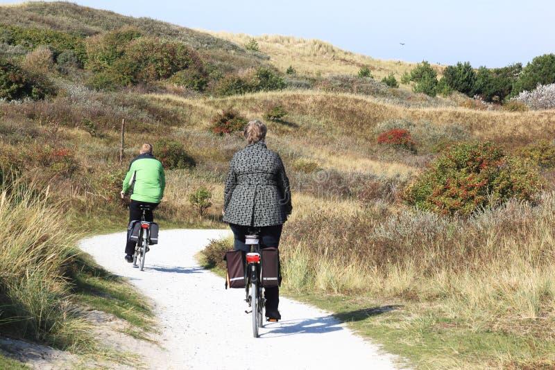 Biking in de Ameland-duinen, Nederland stock fotografie