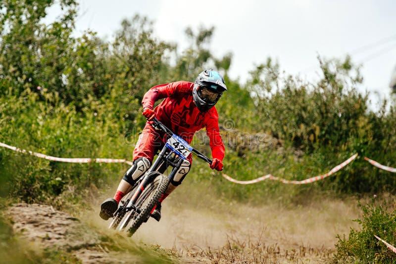 Biking de montanha em declive do cavaleiro dos homens fotografia de stock