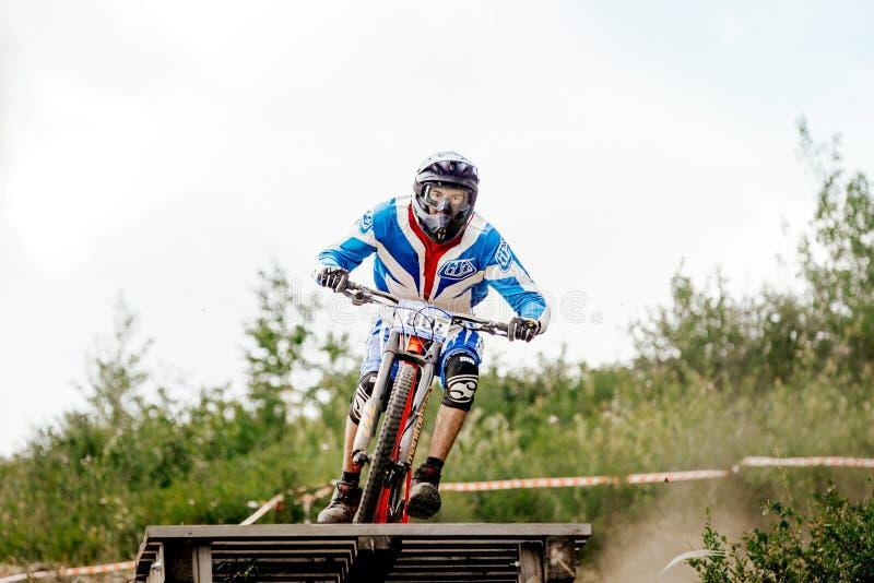 Biking de montanha em declive do cavaleiro dos homens foto de stock royalty free