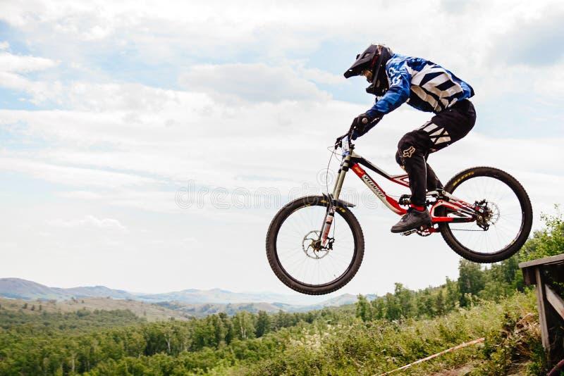 Biking de montanha em declive do cavaleiro dos homens imagem de stock royalty free