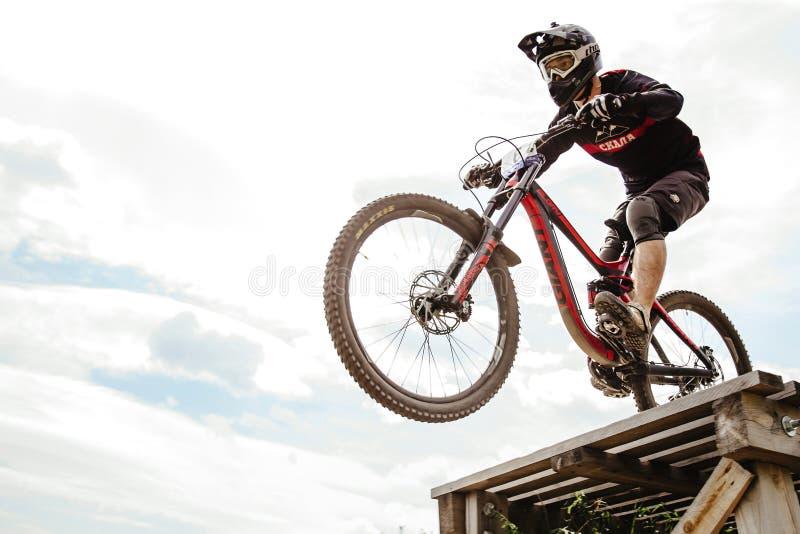 Biking de montanha em declive do cavaleiro dos homens imagens de stock royalty free