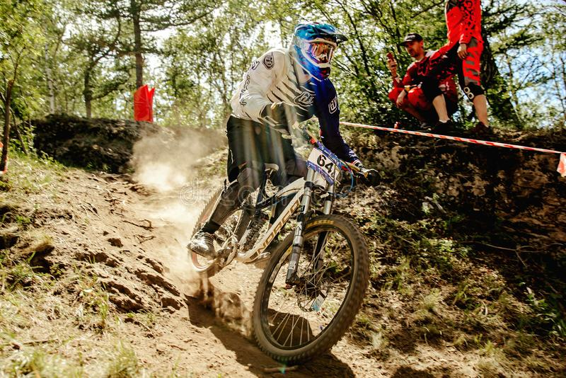 biking de montanha em declive do cavaleiro dos homens fotografia de stock royalty free