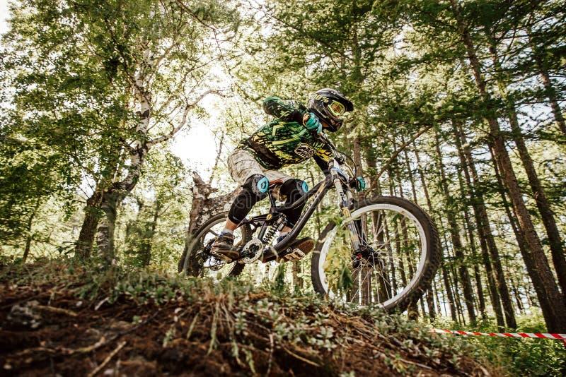 Biking de montanha em declive do cavaleiro dos homens foto de stock